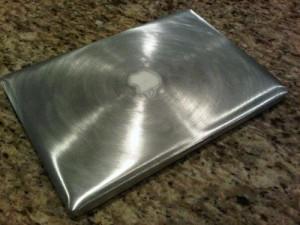 アルミボディのMacBook Proをサンドペーパーで磨いたらw
